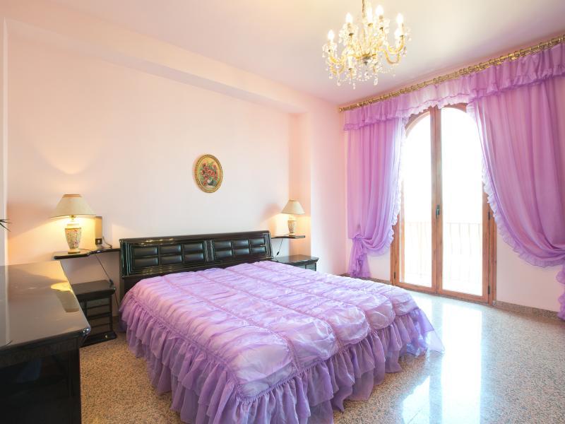 sovrum med luftkonditionering och balkong