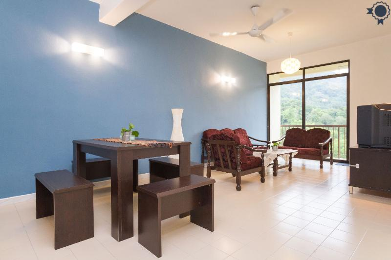 Clean & Cozy 3 Room Apartment across the Beach, holiday rental in Batu Ferringhi