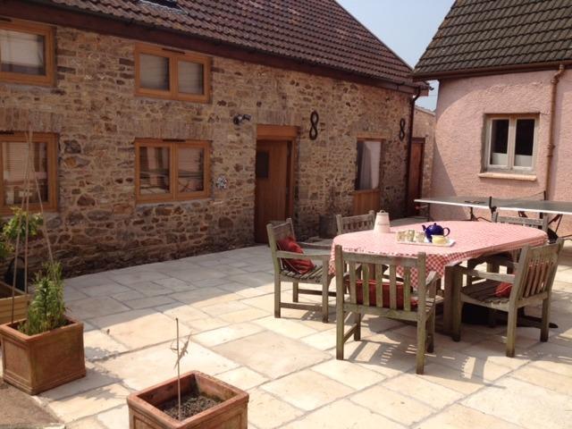 Soleado patio compartido con tenis de mesa al aire libre.