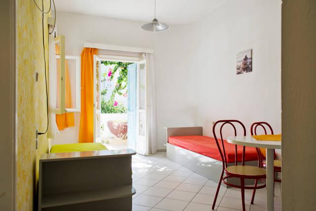 4 persons apartment with swimming pool 2min walk to the sea., holiday rental in Mononaftis