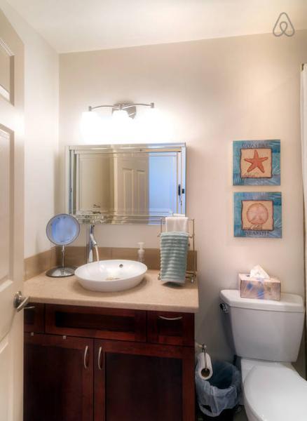 cuarto de baño con accesorios de diseñador