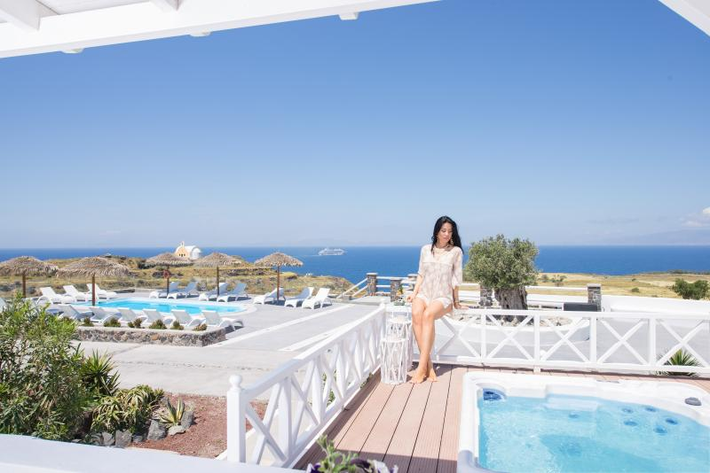 OIA SUNSET VILLAS - villa 'EMERALD' - Pools & Spa, holiday rental in Oia