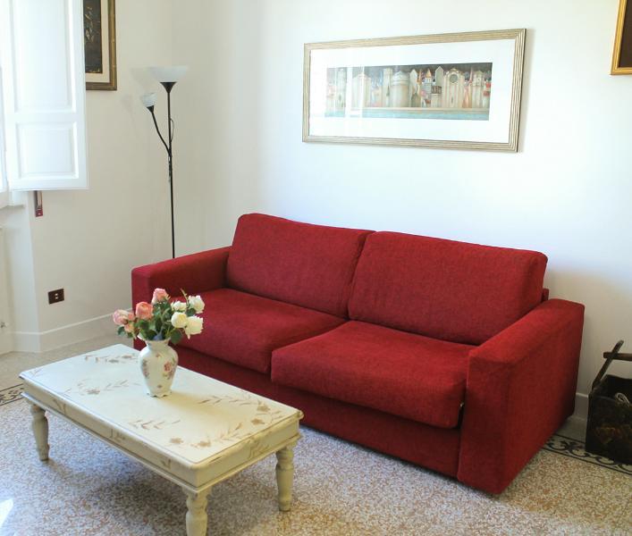 Confortável sofá-cama na sala