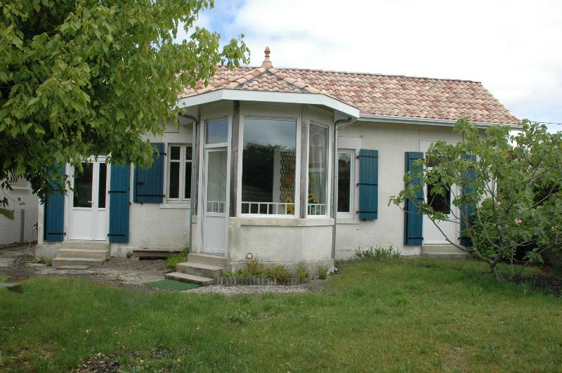 blue house, typical of the Basin completely renovated for a pleasant family stay close to the water