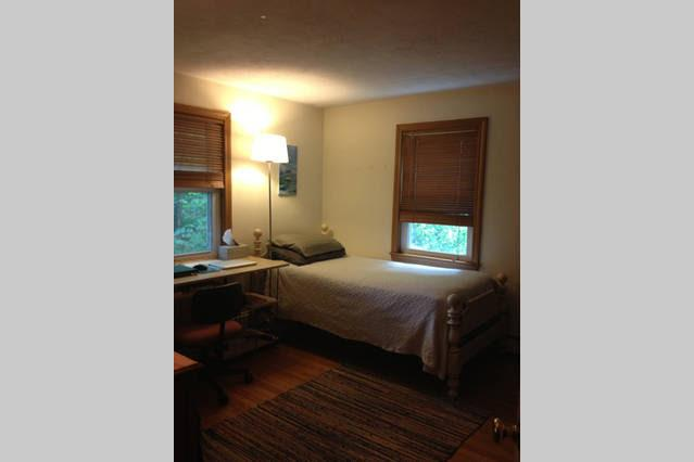 Single bed room in home., alquiler de vacaciones en Arlington