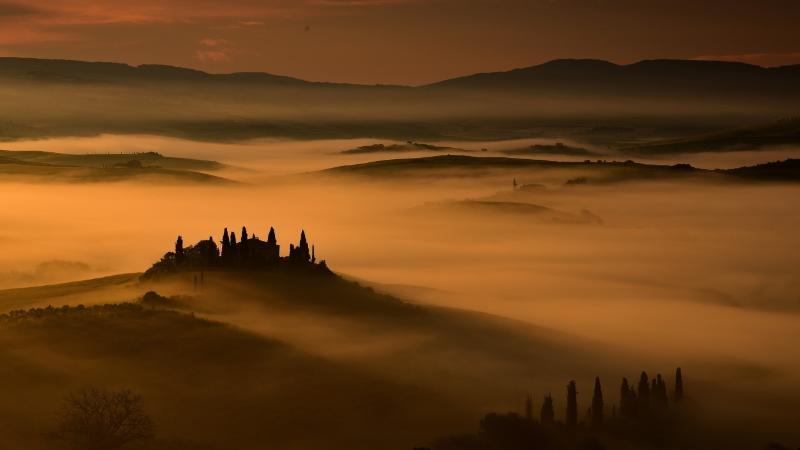 Panorama all' alba con nebbia dalla finestra della camera