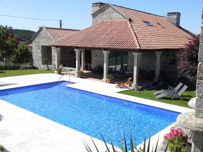 O Campo, casa de piedra con piscina de 10 metros y barbacoa cubierta!, vacation rental in A Lama