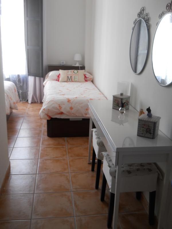 Un autre single lit et bureau/meuble (armoire dans la chambre à coucher)