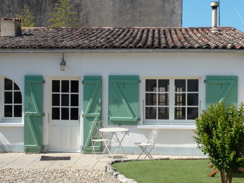 La Noue, Charming Cottage, with private garden & parking, vacation rental in Charente-Maritime