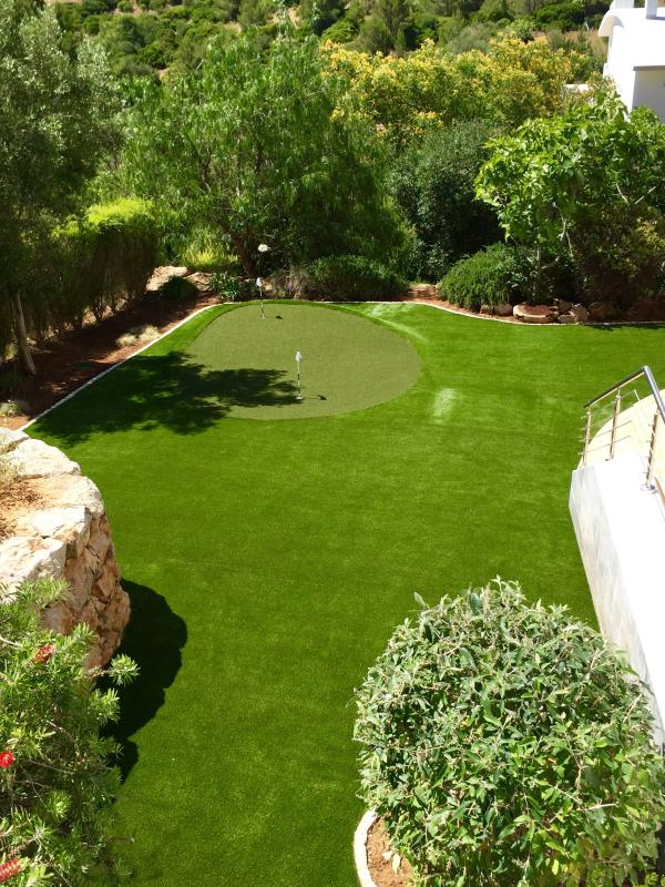 Luxury Caja lawn with Putting Green