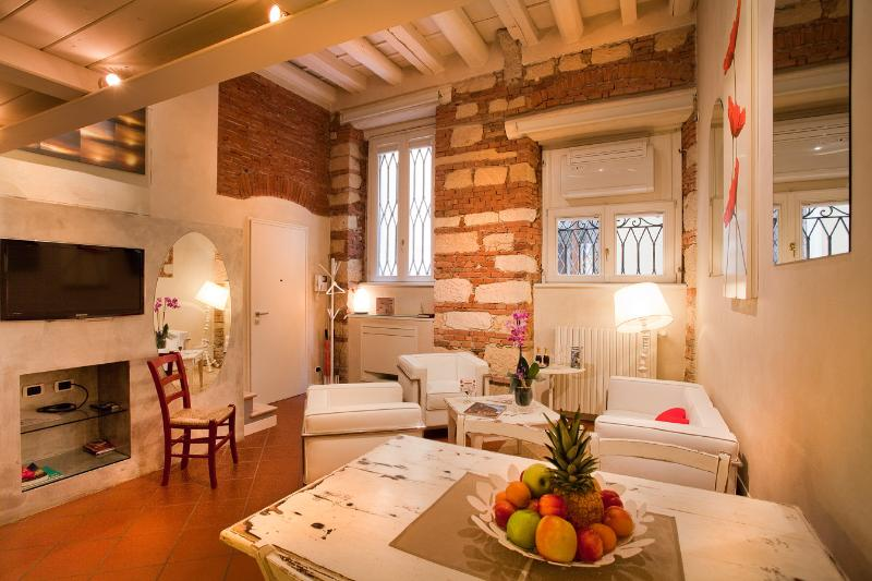 Cadrega Rossa, modern and elegant apartment in the city center, holiday rental in Verona