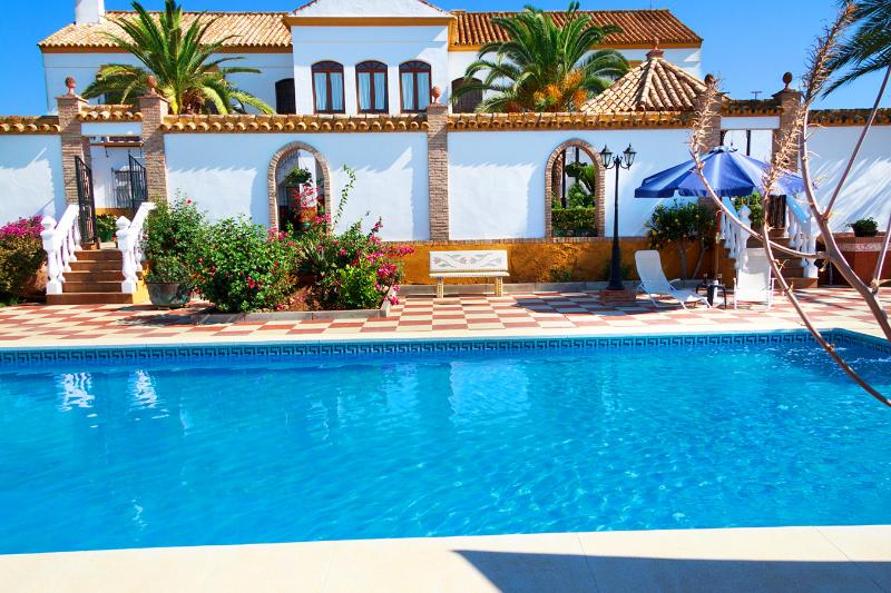 Nice Cortijo between Seville and Córdoba. Private pool, gardens, up to 12 people, location de vacances à Lora del Rio