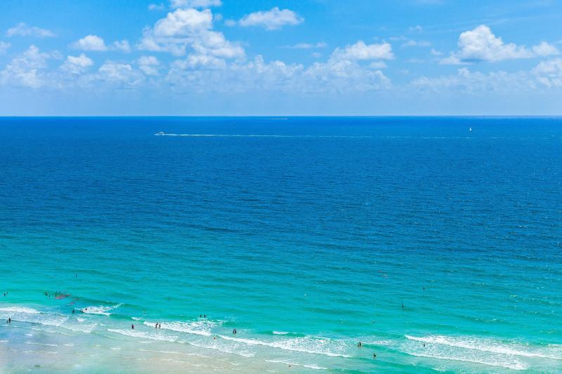 LA PERLA OCEANFRONT ON THE BEACH 2/2 ON 2OTH FL, holiday rental in Sunny Isles Beach