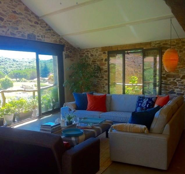 Large converted Wine Barn with stunning views, location de vacances à Bedarieux