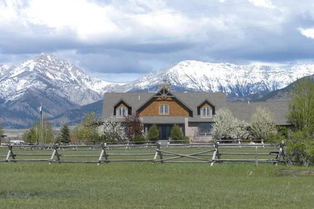Main huis met uitzicht op de Bridger Mountain Range.