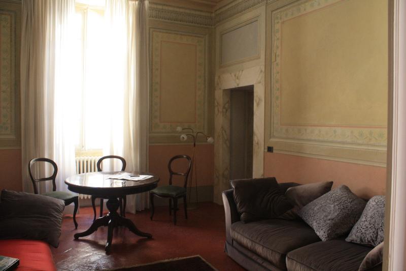 La sala da pranzo, con le pareti affrescate e un comodo divano letto matrimoniale.