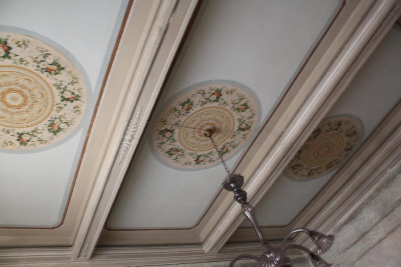 Il soffitto settecentesco del salotto.