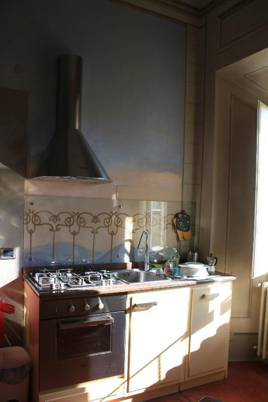 Uno scorcio della cucina con pareti affrescate.