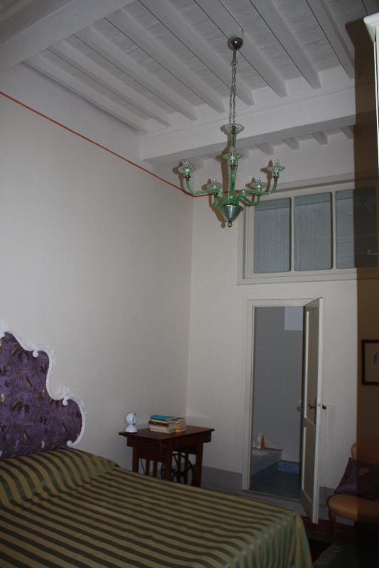 La stanza da letto con travi originali a vista