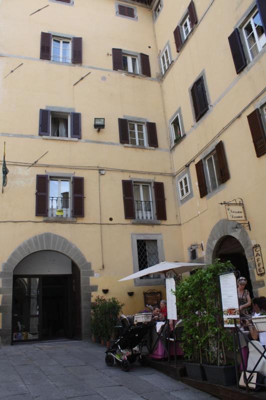 I llato di palazzo Tommasi che da su piazza Signorelli e su cui affaccia parte dell'appartamento.
