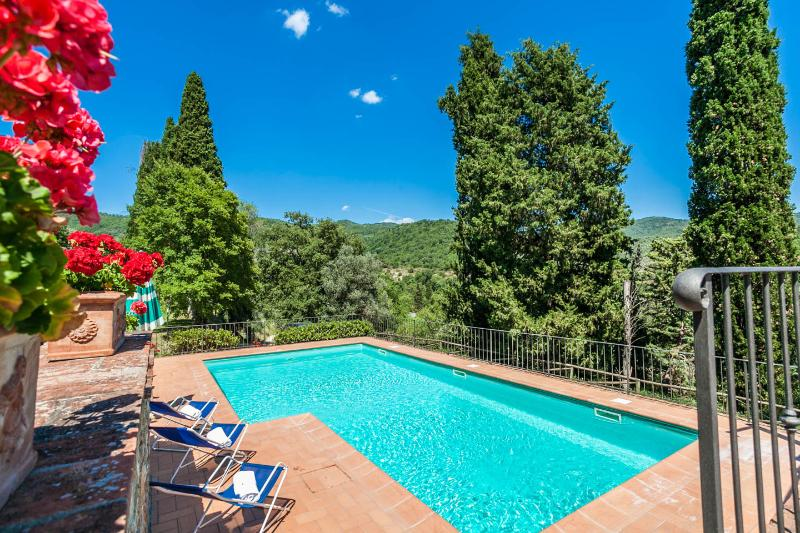 Large Tuscan Villa, Private Pool, Gardens and views, holiday rental in Castiglion Fiorentino