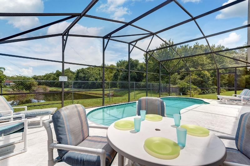 Spacious 4-bed lakeside pool villa near Disney, alquiler de vacaciones en Kissimmee
