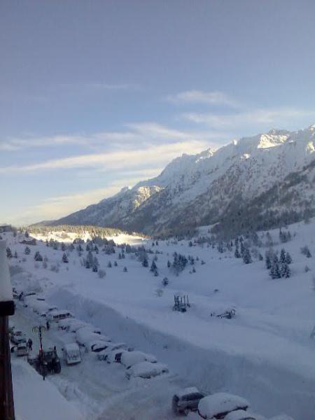 vista sulle montagne innevate dal balcone