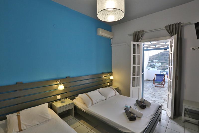 Kini Bay Studio with Veranda & Sea view No7, location de vacances à Ano Siros
