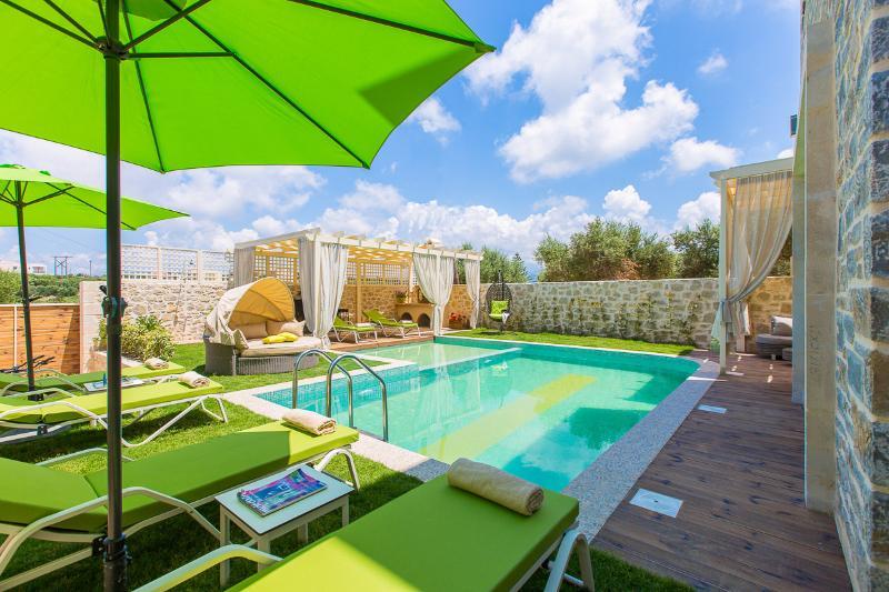 Área al aire libre y 50 metros cuadrados piscina con parte segura para los niños