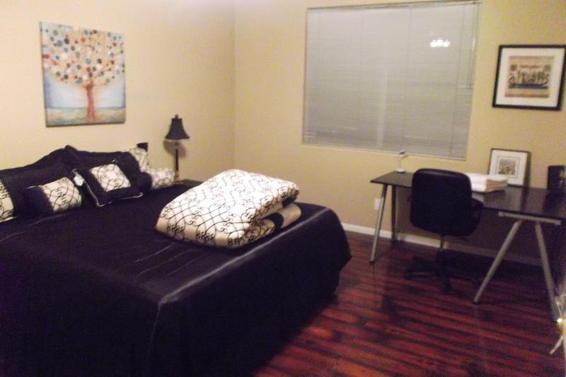 Master slaapkamer (1ste verdiep): King size bed, XL-bad, dubbel-sink, walk-in kast