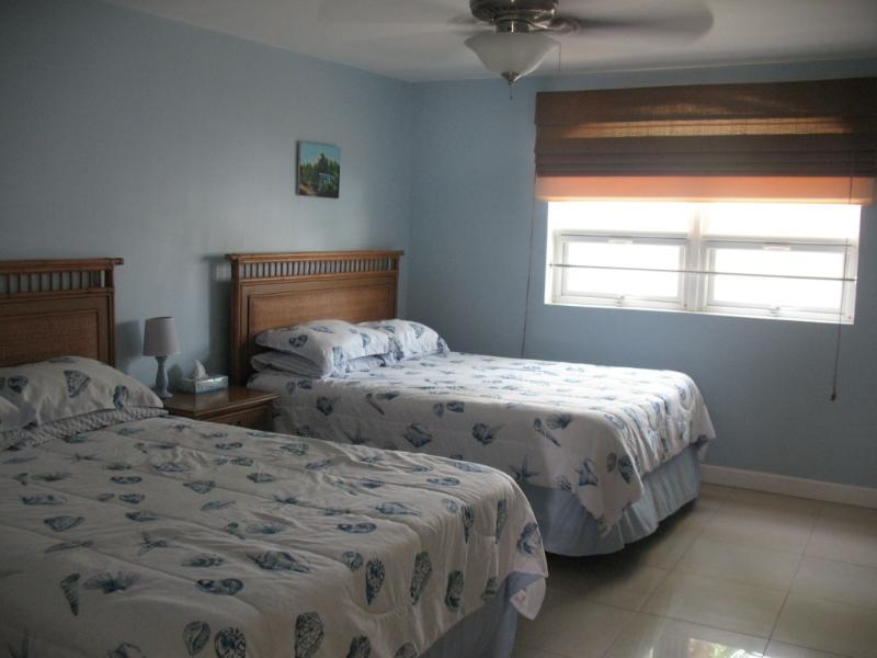 Ulteriori membri della famiglia o gli ospiti possono soggiornare nella stanza degli ospiti con 2 letti queen size