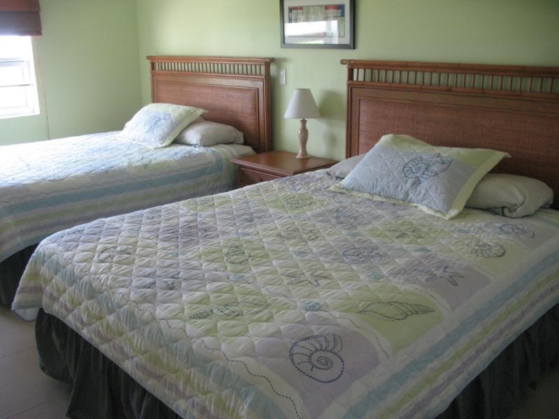 Tempo per dormire nella camera matrimoniale con 2 letti queen size e un ampio cassetto e spazio armadio