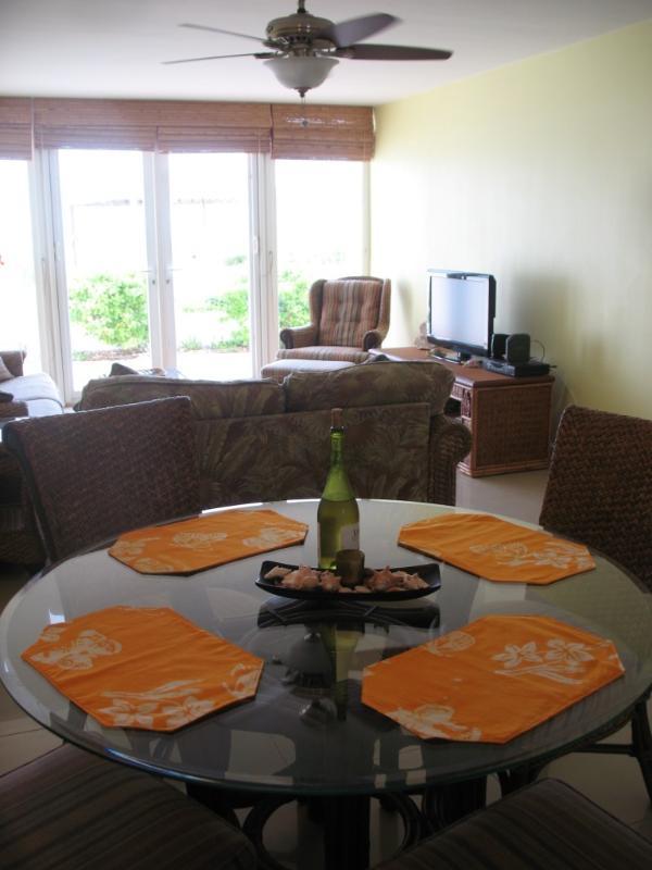 Vista zona pranzo interna da cucina fuori al patio lato oceano