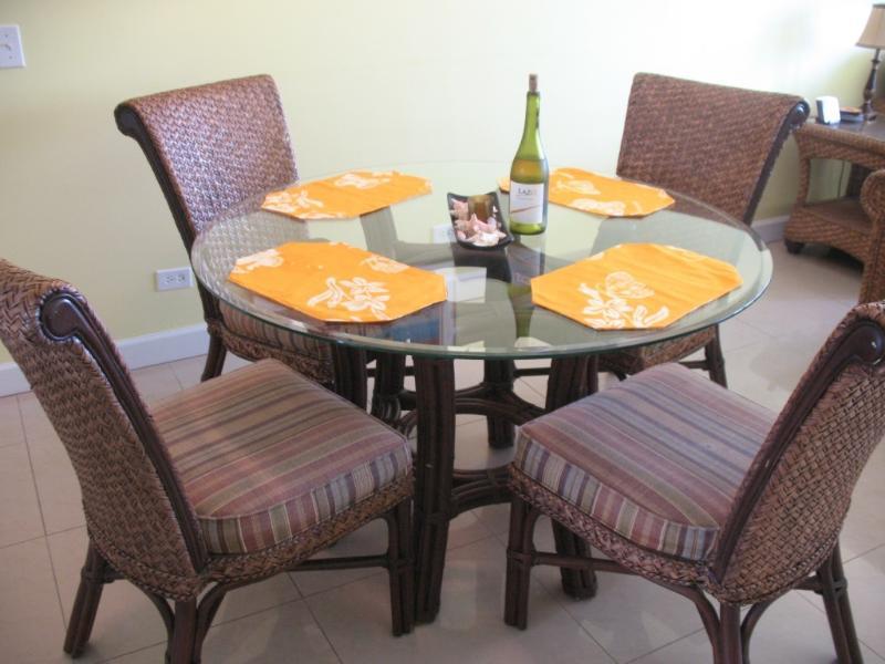 Tavolo da pranzo interno nello spazio aperto tra cucina e soggiorno