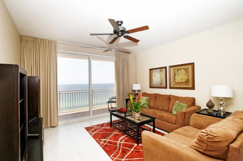 Ampla sala de estar com vista do Golfo