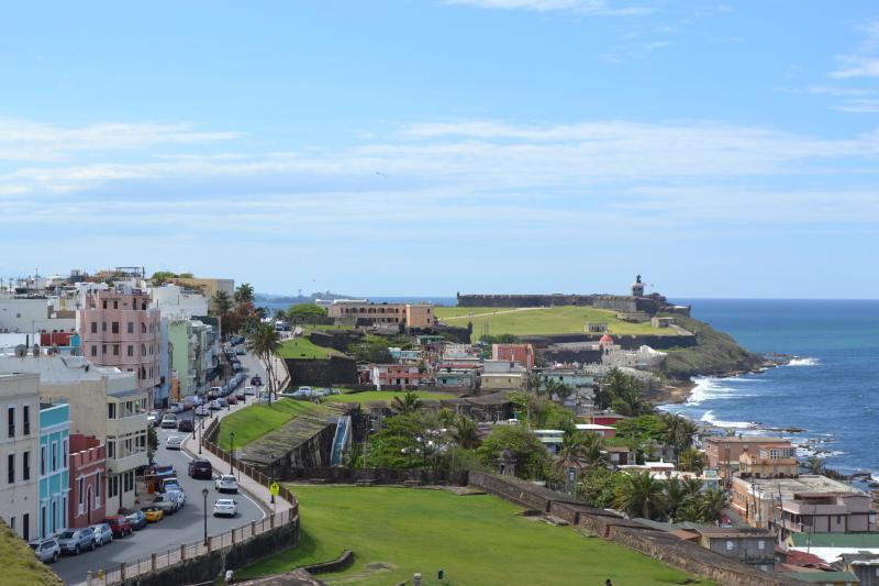 Vue de la vieille ville de San Cristobal Fort - Apart est dernier étage du bâtiment rose à gauche du cadre