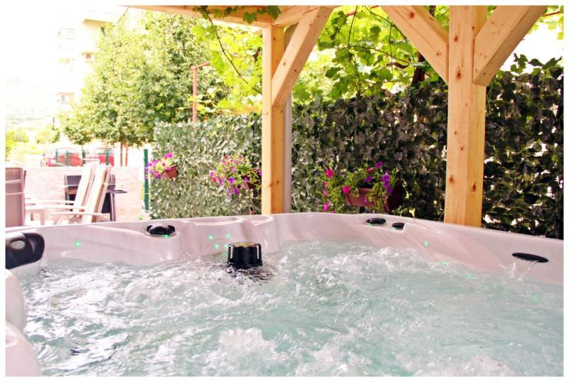 Jacuzzi on the teracce! Enjoy :)