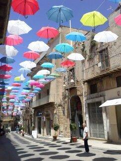 La via Licata a Sciacca abbellita da tanti coloratissimi ombrelli che fanno ombra sulla strada.