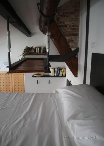 Il letto matrimoniale sopra il soppalco - The double bed on the mezanine