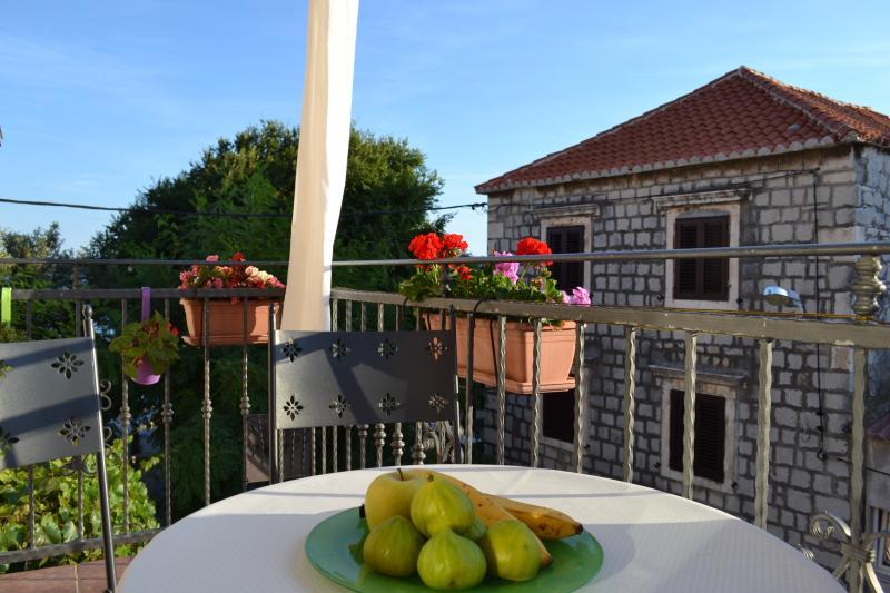 Authentic stone 2 BD Kastela apartment near Split, vacation rental in Kastel Novi