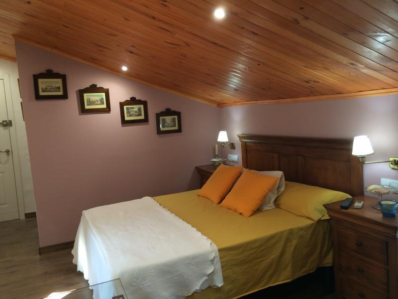Alojamiento rural Huerto del Francés. Dormitorio Buhardilla, location de vacances à Pegalajar