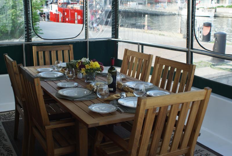 veranda waar het ontbijt wordt geserveerd