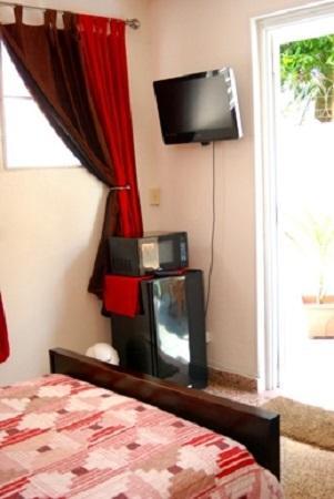 """32 """"LCD TV, microondas y nevera, cafetera y tostadora, a la pequeña cocina con 2 quemadores."""