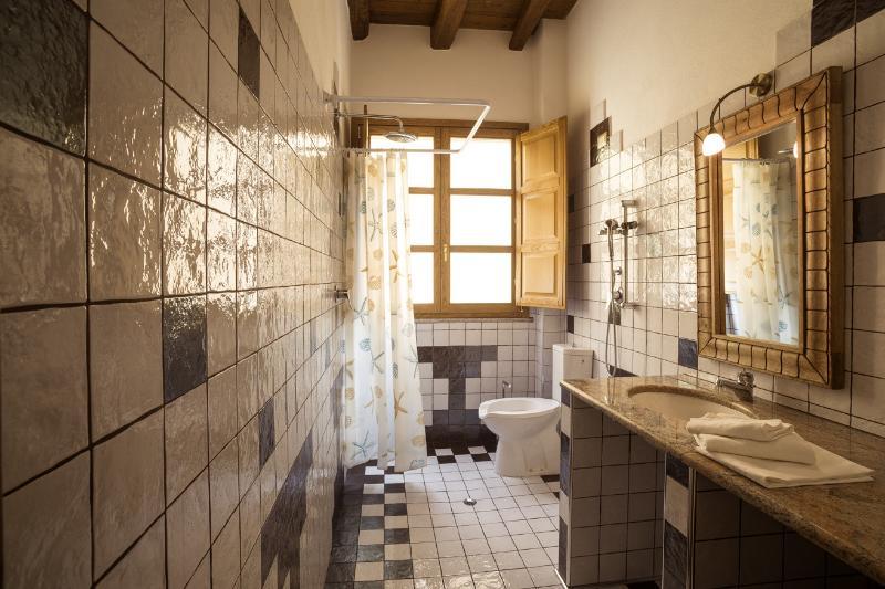 La salle de bain, propre et confortable