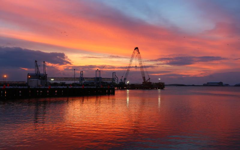 Nascer do sol no porto de Stornoway
