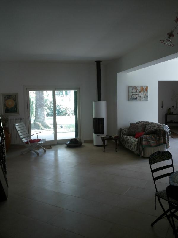 Parte della sala che sviluppa a destra con salotto