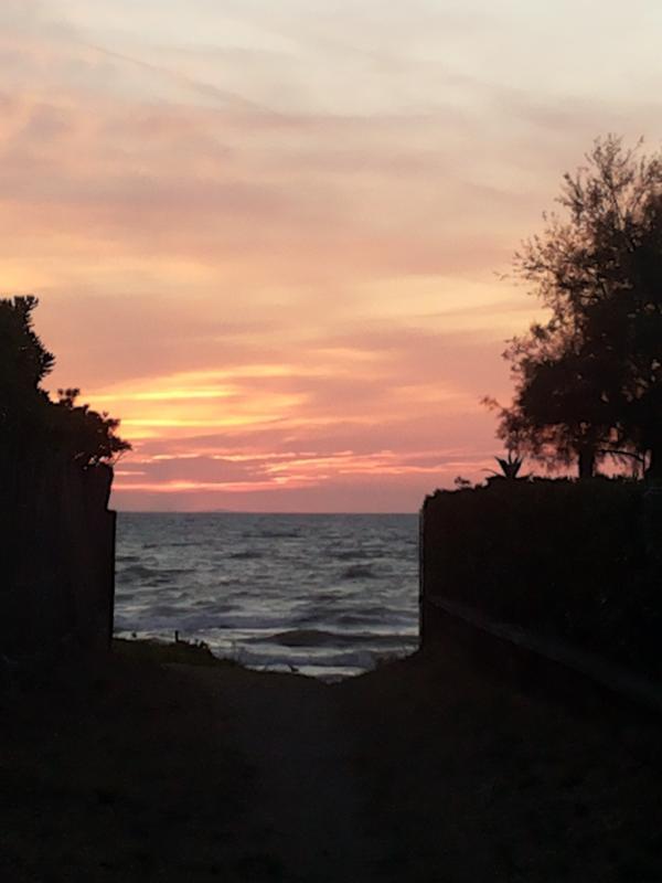 Lo sbocco sul mare a 150 metri da casa al tramonto