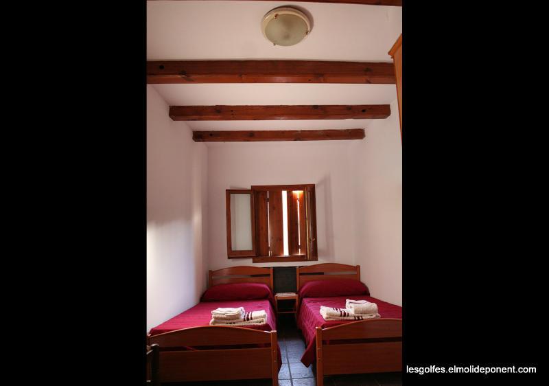 Quarto com duas camas (roupa de cama e toalhas são fornecidas para)