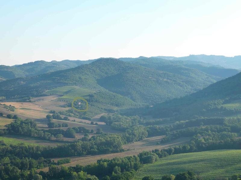 immerso nel verde e nelle colline umbre