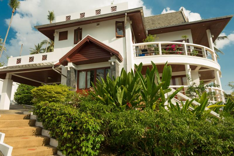 SH1: 3 bedroom private villa with sea views, holiday rental in Surat Thani